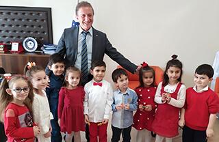 İhlas Koleji Bahçelievler Kampüsü'nde eğitim gören anaokulu öğrencileri Mevlid Kandili münasebetiyle İhlas Eğitim Kurumları Genel Müdürü Bedri Yeltekin'i makamında ziyaret ettiler.