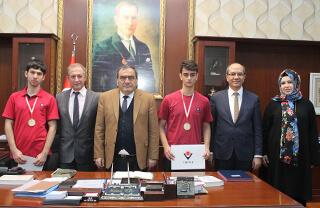 TÜBİTAK tarafından düzenlenen 25. Ulusal Bilim Olimpiyatları'nda altın madalya kazanan öğrencilerimiz Beylikdüzü Kaymakamı Mehmet Okur'u makamında ziyaret ettiler.