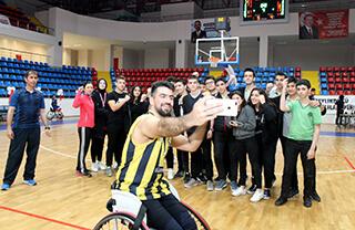 Özel Marmara Evleri İhlas Anadolu Lisesi öğrencileri Engelliler Haftasında farklı bir etkinliğe imza attılar.