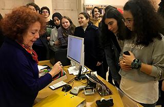 Yabancı dile verdiği önem ve katıldığı yarışmalarda elde ettiği derecelerle dikkat çeken İhlas Koleji, öğrencilerinin Almanca dilini daha yakından tanımaları için Goethe Enstitüsü'ne gezi düzenledi.