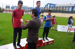 Özel Bahçelievler İhlas Ortaokulu öğrencimiz Emirhan Ergül, Bahçelievler Kaymakamlık Kupası Okullar Arası Kros Yarışması'nda ilçe ikincisi oldu.