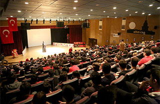 İhlas Koleji yabancı dilin gelişimi ve etkin kullanımını desteklemek amacıyla lise öğrencilerinin  fikirlerini İngilizce ve Almanca olarak anlattıkları Marmara Talks organizasyonunu düzenledi.