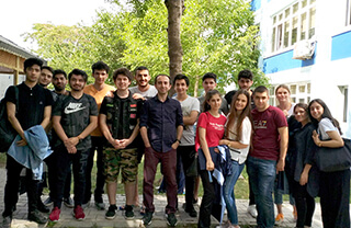 Yaklaşan üniversite sınavları öncesinde Özel Bahçelievler İhlas Anadolu ve Fen Lisesi öğrencileri düzenledikleri mangal partisi ile stres attılar.