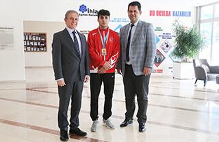 Bulgaristan'ın başkenti Sofya'da düzenlenen Dünya Yıldızlar Grekoromen Güreş Şampiyonası'nda Özel Bahçelievler İhlas Anadolu Lisesi öğrencisi Furkan Taş Dünya üçüncüsü oldu.