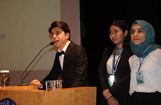 Özel Marmara Evleri İhlas Fen Lisesi öğrencimiz Aysu Ölmez, Kadir Has Üniversitesi tarafından düzenlenen HASMUN18 Model Birleşmiş Milletler konferansında Birleşmiş Milletler İnsan Hakları Komitesinde (UNHRC) komite başkanlığı yaptı.