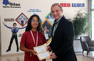 Antalya'da düzenlenen Okullar Arası Okçuluk Türkiye Şampiyonası'nda İhlas Koleji öğrencisi Melisa Gazoz Türkiye üçüncüsü oldu.