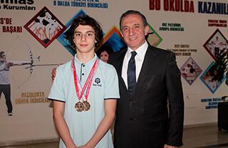 Trabzon'da düzenlenen 11-12 Yaş Türkiye Yüzme Şampiyonası'nda Özel Marmara Evleri İhlas Ortaokulu öğrencisi Bera Kayra Sarıkaya üç Türkiye Şampiyonluğu elde etti.