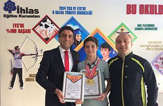 Gaziantep'te düzenlenen 6. Geleneksel Uluslararası Alleben Su Sporları Şenlikleri'nde Özel Marmara Evleri İhlas Ortaokulu öğrencisi Bera Kayra Sarıkaya 4 dalda şampiyonluğa uzanırken iki de rekor kırdı.