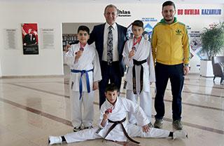 Antalya Kemer'de düzenlenen Türkiye Minik Yıldız Karate Şampiyonası'nda öğrencimiz Emin Can İstanbullu 2007 doğumlulular 45 kg.'da Türkiye Şampiyonu oldu.
