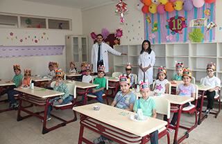 Öğrencilere okul ortamını sevdirmek ve okulla tanışmalarını sağlamak amacıyla uygulanan uyum haftası programı İhlas Kolejinde renkli görüntülere sahne oldu.