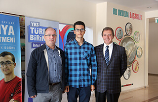 Bu yıl düzenlenen Yükseköğretim Kurumları Sınavı (YKS)'nda Türkiye birincisi olan Mustafa Emir Gazioğlu İhlas Koleji Genel Müdürü Bedri Yeltekin ile bir araya geldi.