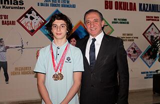 İhlas Kolejinin başarılı yüzücüsü Bera Kayra Sarıkaya Okullar Arası Yüzme İl Birinciliği Yarışmalarında iki ikincilik iki de üçüncülük elde etti.