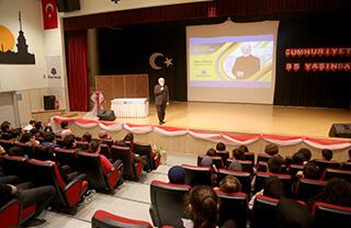 Konusunda uzman kişileri İhlas Koleji öğrencileri ile buluşturmayı hedefleyen Tecrübe Konuşuyor programının ilk konuğu yazar Ömer Sevinçgül oldu.