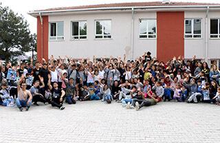 İhlas Kolejinin sosyal sorumluluk kulübü olan Umut Ağacı'nın Sen de Elini Uzat projesi kapsamında Özel İhlas Anadolu Lisesi öğrencileri Tekirdağ Çorlu Cem Çelebioğlu İlkokulu ve Ortaokulu'nu ziyaret ettiler.