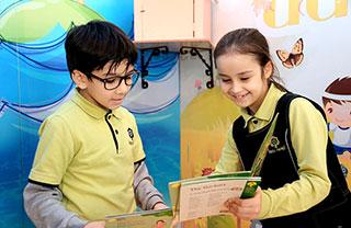 Disiplinler arası içeriğe sahip müfredatımızı referans alan İngilizce kitaplarımızda farklı derslere ait kazanımlar bulunur ve dersler deney, gözlem, araştırma ve ürün oluşturmaya yönelik işlenir.