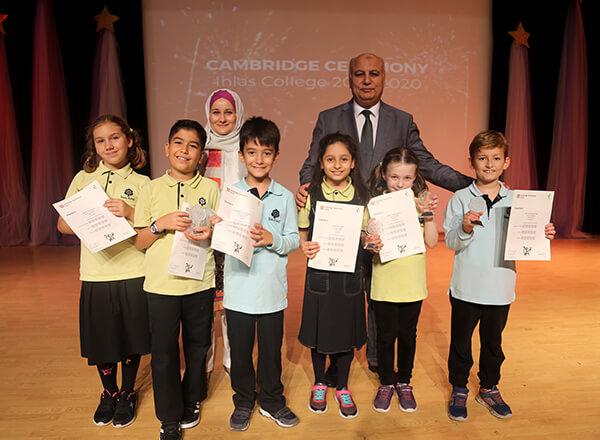Cambridge Üniversitesi tarafından ülkemizde yapılan İngilizce derecelendirme sınavlarına girerek başarılı olan İhlas Koleji öğrencileri sertifikalarını düzenlenen törenlerle aldılar.