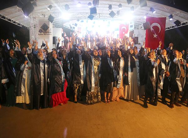 Eğitim yılının sona ermesine sayılı günler kala Özel Marmara Evleri İhlas Anadolu ve Fen Lisesi 12. sınıf öğrencileri için mezuniyet töreni düzenlendi.