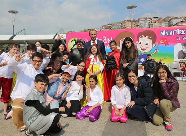 İhlas Koleji ve Miniatürk işbirliğiyle düzenlenen 23 Nisan Şenliği'nde çocuklar ve aileleri güzel bir gün geçirdiler.