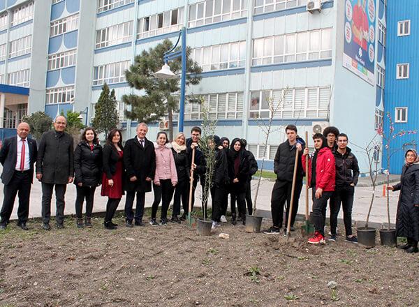 Çevre duyarlılığına dikkat çekmek isteyen Özel Marmara Evleri İhlas Fen Lisesi öğrencilerimiz 21 Mart Dünya Ağaç Bayramı çerçevesinde okul bahçesine meyve fidanları dikti.