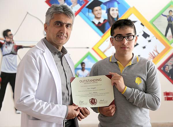 Özel Bahçelievler İhlas Fen Lisesi öğrencisi Ahmet Eren Açıkyıldız, Cağaloğlu Anadolu Lisesi tarafından düzenlenen Model Birleşmiş Milletler organizasyonu CALMUN 2019'da