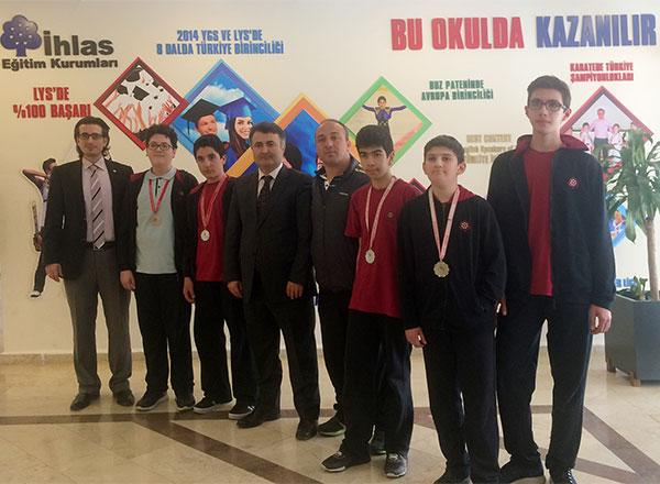 İhlas Koleji Erkek Dart Takımı, Okullararası Dart İl Birinciliği Turnuvası'nda İstanbul ikincisi oldu.