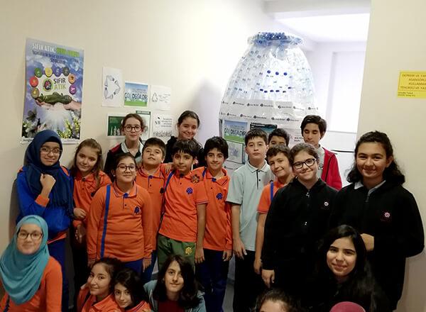 Bizimevler'de bulunan Özel İhlas Mehmet Yoluç İlkokulu ve Ortaokulu'ndaki öğrencilerimiz çevre kirliliğine dikkat çekmek amacıyla yaptıkları proje kapsamında okullarında