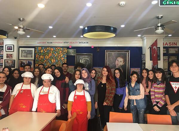 Özel İhlas Anadolu Lisesi öğrencileri, sosyal sorumluluk projeleri kapsamında Şişli'de bulunan Down Kafe'yi ziyaret ettiler.