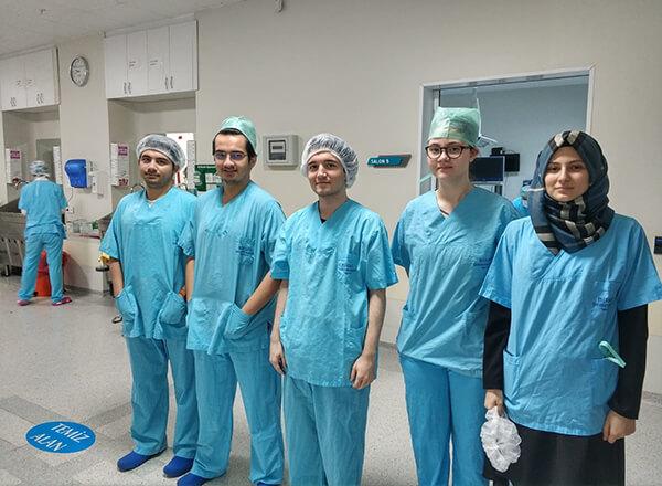 Özel Bahçelievler İhlas Fen Lisesi öğrencileri düzenlenen organizasyonla gittikleri tıp fakültesinde yapılan bir ameliyata izleyici olarak katılarak süreci yerinde gördüler.