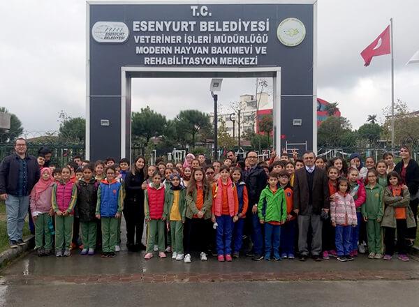 Sosyal sorumluluk ve farkındalık oluşturmak amacıyla çalışmalar yapan Özel Bahçelievler İhlas Ortaokulu, Özel İhlas Mehmet Yoluç Ortaokulu ve Özel Marmara Evleri İhlas İlkokulu ve Ortaokulu öğrencileri Esenyurt Hayvan Barınağı'nı ziyaret ettiler.