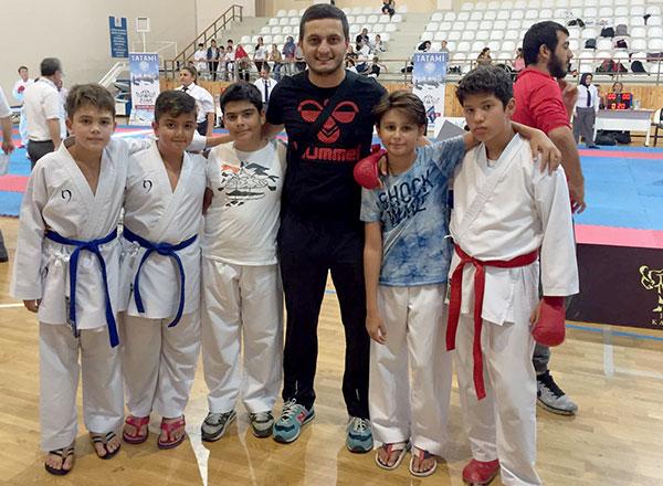 Bu yıl karatede almış olduğu başarılı sonuçlarla dikkat çeken İhlas Koleji Spor Kulübü, İstanbul Karate Ligi 2. Etap müsabakalarında da fırtına gibi esti.