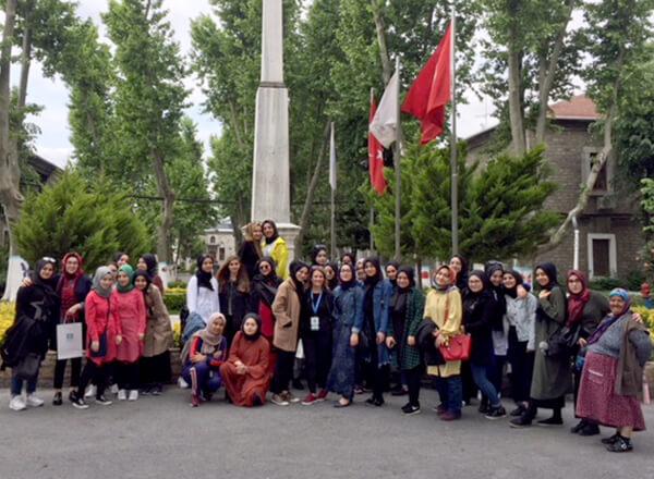 Özel Marmara Evleri İhlas Anadolu Lisesi öğrencileri kimsesizlerin 123 yıldır en önemli sığınağı olan Darülaceze'yi ziyaret ederek yaşlılarla bir araya geldiler.