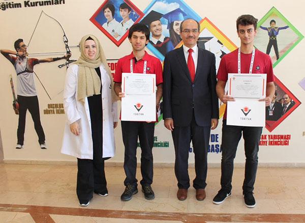 Türkiye Bilimsel ve Teknolojik Araştırma Kurumu (TÜBİTAK) tarafından Afyon'da düzenlenen 25. Bilim Olimpiyatları Yaz Kampı'na katılan Özel Marmara Evleri İhlas Fen Lisesi öğrencileri Emre Kılıç ve Yusuf Bahadır Kılıçarslan İstanbul'a döndüler.