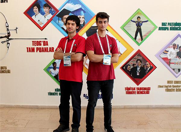 TÜBİTAK tarafından düzenlenen Ulusal Bilim Olimpiyatları'nda ilk aşama sınavlarını geçerek yaz kampına katılan Özel Marmara Evleri İhlas Fen Lisesi öğrencileri Emre Kılınç ve Yusuf Bahadır Kılıçarslan ikinci sınav aşamasını da geçerek Uluslararası Bilim Olimpiyatları Kış Okuluna katılma hakkını kazandılar.