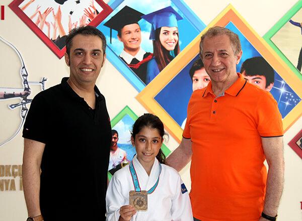 15 Temmuz Demokrasi Şehitleri Minikler Türkiye Judo Şampiyonası'nda Özel Marmara Evleri İhlas Ortaokulu öğrencisi Elif Kömürcü Türkiye Şampiyonu oldu.