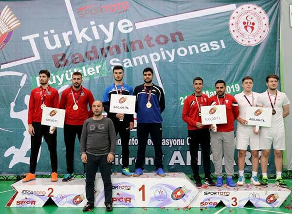 Özel Bahçelievler İhlas Anadolu Lisesi öğrencisi Yunus Emre Karakaş, Türkiye Büyükler Badminton Şampiyonası'nda çift erkekler kategorisinde Türkiye üçüncüsü oldu.