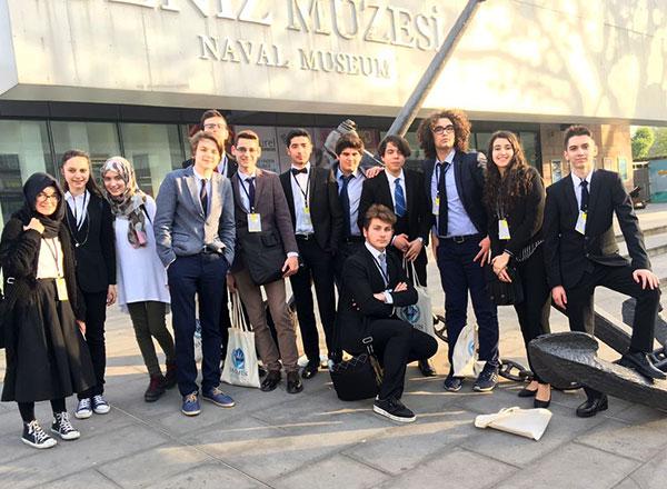 İhlas Koleji MUN (Model United Nations) Kulübü öğrencileri Bahçeşehir Üniversitesi tarafından organize edilen Model Birleşmiş Milletler konferanslarına (BAUMUN) katıldılar. Üç gün süren konferanslarda İhlas Koleji öğrencisi Talha Eren Yaprak