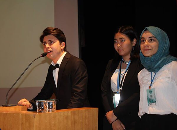 Özel Marmara Evleri İhlas Fen Lisesi öğrencisi Aysu Ölmez, Kadir Has Üniversitesi tarafından düzenlenen HASMUN18 Model Birleşmiş Milletler konferansında Birleşmiş Milletler İnsan Hakları Komitesinde (UNHRC) komite başkanlığı yaptı.
