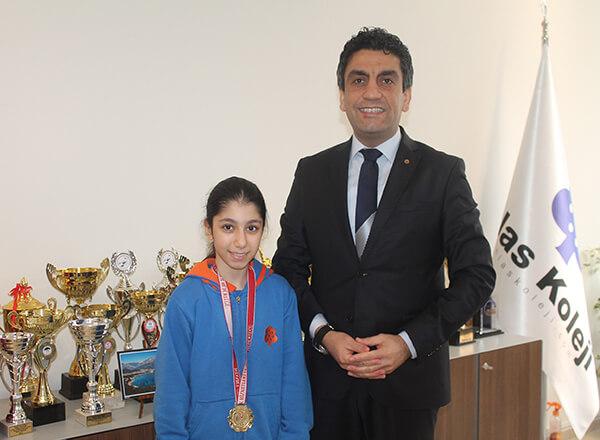 İstanbul'da düzenlenen Okullar Arası Judo İl Şampiyonası'nda Özel Marmara Evleri İhlas Ortaokulu öğrencisi Elif Kömürcü 28 kiloda İstanbul Şampiyonu oldu.