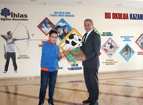 Sebit VCloud tarafından düzenlenen Türkiye Geneli Süreç Değerlendirme Sınavları'nda (SDS) Özel Marmara Evleri İhlas Ortaokulu öğrencisi Muhammed Ali Ateşoğlu 7. sınıflar kategorisinde Aralık ve Ocak aylarında Türkiye birincisi oldu.