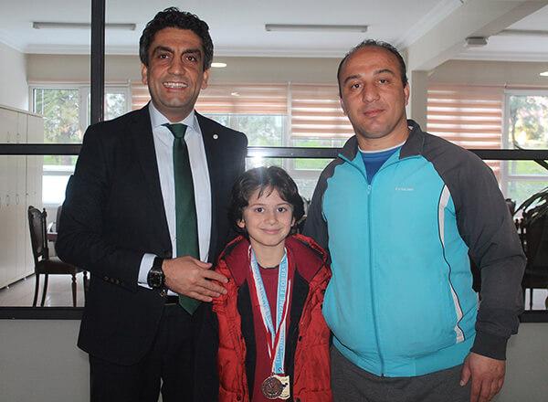 Özel Marmara Evleri İhlas İlkokulu öğrencisi Vera Seyda Sarıkaya Okullararası Minikler Yüzme İstanbul Şampiyonası'nda iki İstanbul şampiyonluğu kazandı.