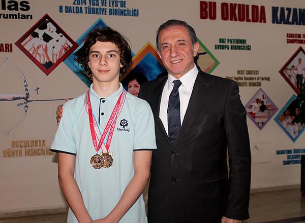 Türkiye Yüzme Federasyonu tarafından düzenlenen Türkiye Arena Uzun Kulvar 13-14 Yaş Erkekler Bireysel Yıldızlar Yüzme Şampiyonası'nda Özel Marmara Evleri İhlas Ortaokulu öğrencisi Bera Kayra Sarıkaya üç dalda Türkiye Şampiyonluğu kazandı.