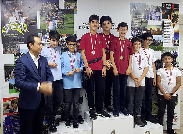 İhlas Koleji Marmara Evleri Kampüsü Okçuluk Kulübü öğrencileri Beylikdüzü ilçesinde düzenlenen İlçe Okullar Arası Okçuluk Müsabakalarında takım olarak iki, ferdi klasmanda da bir şampiyonluk elde etti.