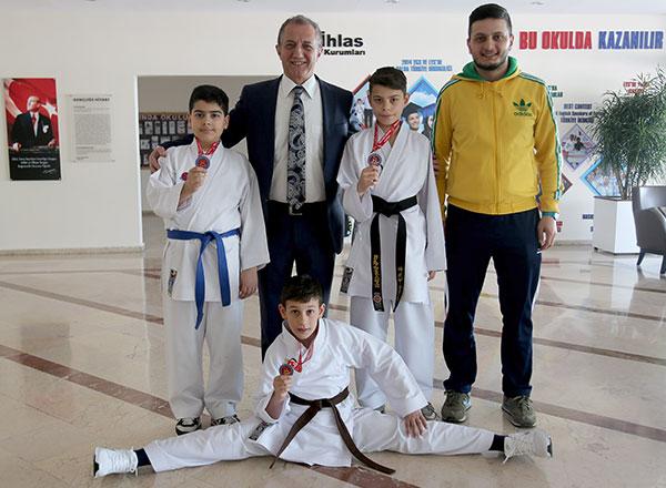 Antalya Kemer'de düzenlenen Türkiye Minik Yıldız Karate Şampiyonası'nda İhlas Koleji Spor Kulübü sporcusu Emin Can İstanbullu 2007 doğumlulular 45 kg.'da Türkiye Şampiyonu oldu.