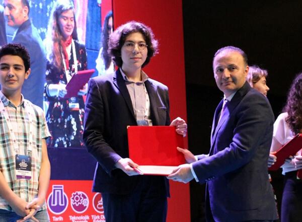 TÜBİTAK tarafından düzenlenen 49. Lise Öğrencileri Araştırma Projeleri Final Yarışması'nda Özel Marmara Evleri İhlas Anadolu Lisesi öğrencisi Ercüment Yavuz Korkmaz Türkiye ikincisi oldu.