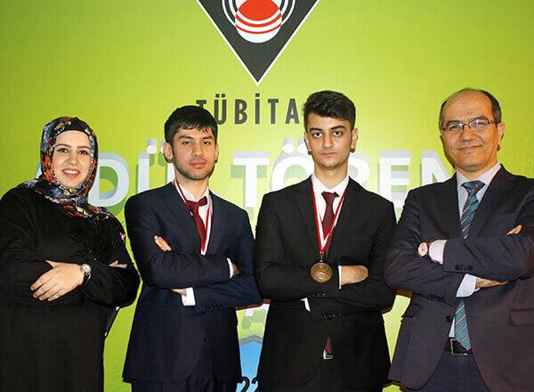 Türkiye Bilimsel ve Teknolojik Araştırma Kurumu (TÜBİTAK) tarafından düzenlenen 25. Ulusal Bilim Olimpiyatları'nda Özel Marmara Evleri İhlas Fen Lisesi öğrencisi Emre Kılıç ve Özel Marmara Evleri İhlas Anadolu Lisesi öğrencisi Yusuf Bahadır Kılıçarslan altın madalya kazandı.