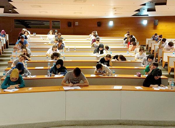 Üniversiteye giriş sınavlarına sayılı günler kala İhlas Eğitim Kurumları TYT ve AYT'nin son provasını gerçekleştirdi.