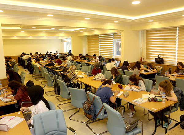 İhlas Koleji'nin lise son sınıf öğrencileri için hazırlanan Yaz Akademisi programı başladı.