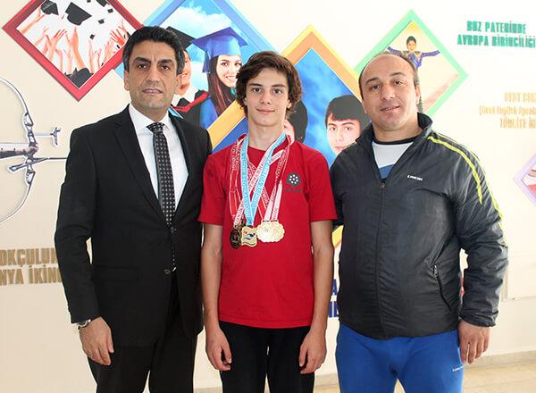 İhlas Kolejinin başarılı yüzücüsü Bera Kayra Sarıkaya geçen sene olduğu gibi bu senede madalyaları toplamaya devam ediyor.
