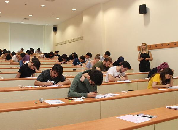Bahçelievler ve Marmara Evleri Kampüslerinde bulunan liselerdeki son sınıf öğrencilerinin üniversiteye giriş sınavları için gerçeğini aratmayan TYT-AYT sınavları düzenlendi.