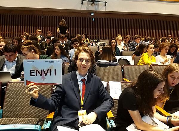 İhlas Koleji, bu yıl 3.'sü İstanbul Robert Koleji'nde düzenlenen Avrupa Gençlik Parlamentosu 3. Ulusal Forum etkinliğinde (3rd National Forum of EYP Turkey) beş öğrencisiyle temsil edildi.